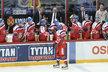 Jan Kovář se po proměněném nájezdu raduje s českou lavičkou v zápase s Ruskem