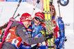 České biatlonistky slaví stříbro. Eva Puskarčíková (vlevo) a Lucie Charvátová objímají finišmanku Veroniku Vítkovou, zapojit se jde i Gabriela Soukalová (vpravo)