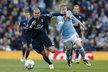 Pepe z Realu Madrid se snaží nepustit k míči Kevina de Bruyneho v úvodním semifinále Ligy mistrů