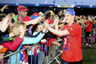 David Limberský se raduje s fanoušky po převzetí mistrovského poháru
