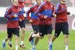 Dva nováčci ve fotbalové reprezentaci Jan Sýkora (vlevo) a Lukáš Pokorný (druhý zprava) si první trénink užívali i v dešti