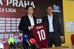 Tomáš Rosický pózuje s dresem a majitelem Sparty Danielem Křetínským po podpisu smlouvy na Letné