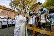 Kardinál Duka požehnal třem novým zvonům v kostele na Karlově