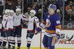 Hokejisté Washingtonu se radují z gólu v zápase proti New Yorku Islanders, druhý zleva asistující Jakub Vrána