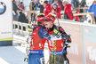 Ondřej Moravec se objímá s mistrem světa Benediktem Dollem, se kterým se vzájemně táhli v posledních úsecích sprintu