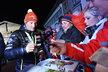 Ondřej Moravec se stříbrnou medailí na krku se podepisuje českým fanouškům v Hochfilzenu