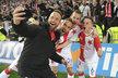 Slávisté Přemysl Kovář, Jasmin Sčuk, Michael Lüftner a Jan Sýkora slaví výhru nad Plzní a pořizují selfie s fanoušky
