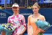 Vítězka pražského turnaje WTA Mona Barthelová (vlevo) s poraženou finalistkou Kristýnou Plíškovou