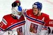 Gólman Pavel Francouz se raduje společně s útočníkem Janem Kovářem z výhry 6:1 nad Bělorusy