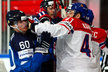 Český hokejista Jan Kovář se pošťuchuje s finským soupeřem Juliem Honkou