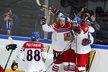 Čeští hokejisté se radují z vyrovnání Jana Kováře na 3:3 v zápase proti Finsku