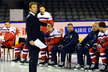 Asistent generálního manažera reprezentace Milan Hnilička diriguje hokejisty na týmovém focení
