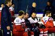 Jan Kovář a Radko Gudas při týmovém focení žertují s asistentem trenéra Jaroslavem Špačkem