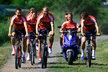 Plzeňští fotbalisté se přemístili na trénink na kole, jen David Limberský zvolil originálnější způsob