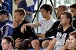 Tomáš Rosický po boku Davida Bičíka v hledišti zápasu Sparty s Dynamem Kyjev