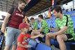 Tomáš Rosický se s dalšími spoluhráči po otevřeném tréninku ochotně podepisoval fanouškům
