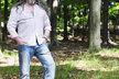 Daniel Hůlka venku se psím kamarádem