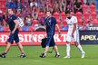 Zraněný Milan Baroš míří ze hřiště v zápase v Plzni