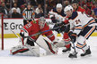 Jan Rutta pomáhá řešit nepříjemnou situaci v brankovišti Blackhawks