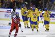 Český obránce Libor Šulák odjíždí na střídačku po pátém švédském gólu, který vstřelil Dick Axelsson