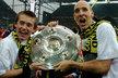 Tomáš Rosický a Jan Koller slaví německý titul s Borussií Dortmund.