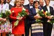 Debata žen kandidátů na prezidenta: Zleva Hilšerovi, Fischerovi, Drahošovi a Kulhánek s partnerkou Bračíkovou
