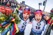 Pátý Michal Krčmář a stříbrný Ondřej Moravec se radují po vyhlášení výsledků vytrvalostního závodu SP v Ruhpoldingu