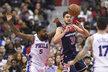 Český basketbalista Tomáš Satoranský dostává při zranění Johna Walla v sestavě Wizards hodně prostoru