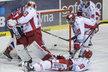 Třinečtí hokejisté přihlíží inkasované brance z hokejky pardubického Martina Kauta