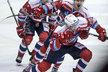 Pardubičtí hokejisté se radují z druhé branky zápasu, kterou vstřelil Martin Kaut