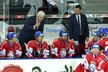 Kouč české hokejové reprezentace se naklání nad střídačkou v domácím zápase se Švédskem