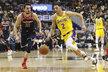 Tomáš Satoranský (vlevo) stíhá Lonzo Balla z Los Angeles Lakers
