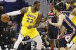 Tomáš Satoranský brání LeBrona Jamese v duelu Washingtonu s LA Lakers