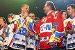Karel Gott s hokejisty Pardubic oslavil jejich extraligový titul v roce 2010