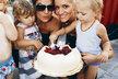 Jako první se do Charlottina dortu pustila dcera Dary Laura