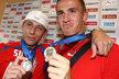 Marek Suchý a Tomáš Pekhart pyšně ukazují stříbrné medaile, které tým v Kanadě vykopal. Jsou úplně maličké, ale nesmírně cenné!