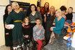Zleva: Josefie (14), Julie (22), Silvestr (7), Medea (16), Ignác (5), Lucie Dvorská (44), Parsifal Imanuel (43), kamarádka Nina (17), Glorie (12), Manuela (17), Jordan Xaver (2)