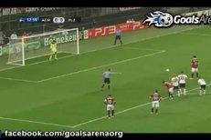 Obránce Čišovský zahrál ve vápně rukou a nabídl tak AC Milán rozhodnout zápas z pokutového kopu.