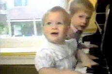 Malí princové hrají na klavír. Rodiče Charles a Diana přihlížejí