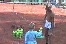 Malá Petra Kvitová je na kurtu jako doma. I když zatím povětšinou jen podává míčky bráchovi, už si sama zkouší vzít do ruky raketu
