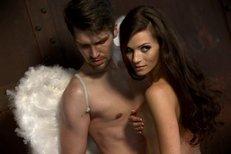 Andrea Verešová nahoře bez v objetí s andělem