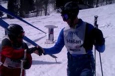 Dominik Hašek i Josef Váňa si užívali sluníčka v Rokytnici nad Jizerou při exhibičním obřím slalomu sportovních osobností