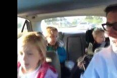 Táta při cestě do školy pouští dětem Bohemian Rhapsody od Queen