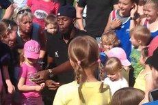 Usain Bolt si zaběhal s dětmi z Moravskoslezského kraje a pojídal s nimi obří čokoládu