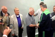 Josef Masopust se zdraví s brazilským trenérem Luisem Felipem Scolarim