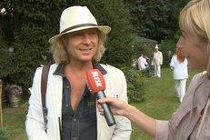 Peter Nagy na zahradní párty u Petra Jandy