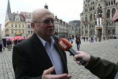Vladimír Remek tvrdí, že atentátníka na Klause nezná. Útočník se s ním v minulosti nechal fotit