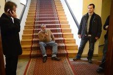 Kníže pokuřuje na schodech