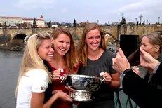 České tenistky pózovaly s pohárem pro vítězky Fed Cupu