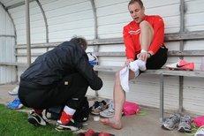 Daniel Kolář si nechává ošetřit nohu před tréninkem v kyperské Larnace